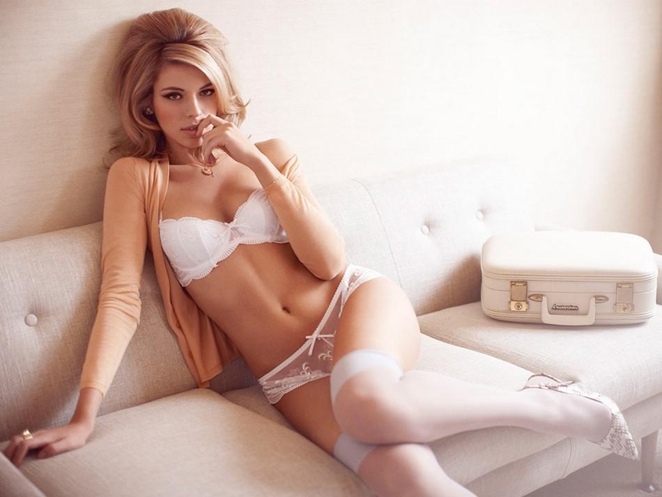 Красотки девушки лежат в эротическом белье красивые